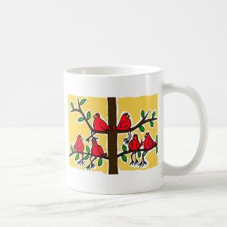 Mug PAR les oiseaux cardinaux dans une conception