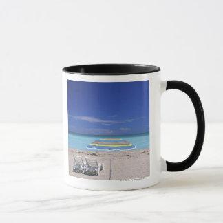 Mug Parapluie et deux chaises longues sur la plage,