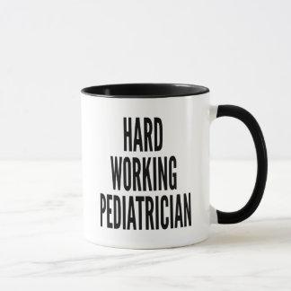 Mug Pédiatre travaillant dur