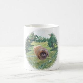 Mug Pekingese dans un pré