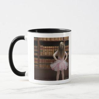 Mug petite fille dans des couvertures de livre de
