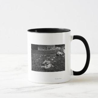 Mug Photographie de canneberges de cueillette de jeune