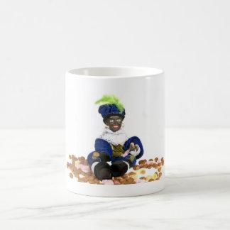 Mug Piet noir avec des gingernuts et des bonbons