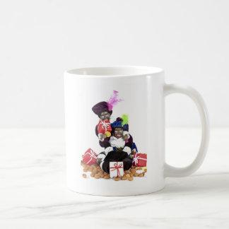 Mug Piet noir avec des présents et des bonbons de
