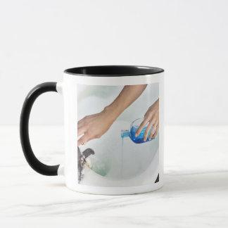 Mug Plan rapproché de l'aromathérapie de versement de