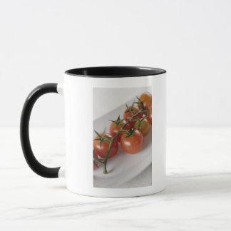 Mug Plan rapproché des tomates sur un plateau