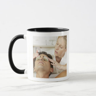 Mug Plan rapproché d'une jeune femme mettant des sacs