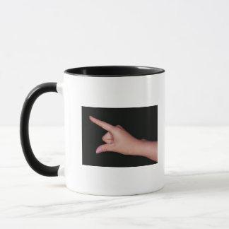 Mug Plan rapproché d'une main avec le doigt et le