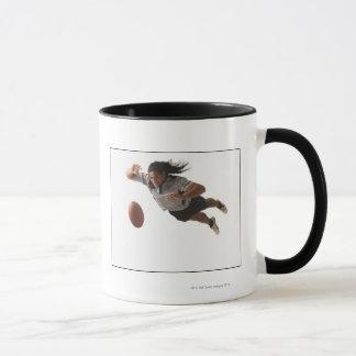 Mug Plongée masculine de joueur de rugby pour la boule