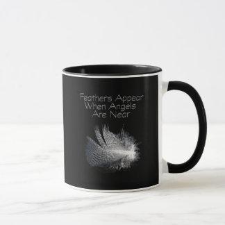 Mug Plume rayée noire et blanche flottant sur un étang