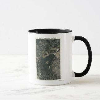 Mug Pont sous la vue de roche d'équilibre