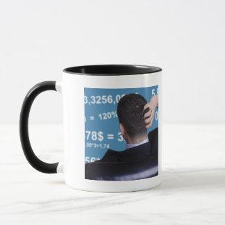 Mug Portrait arrière d'un homme d'affaires confus avec