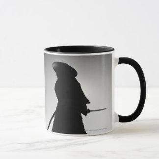 Mug Portrait d'un guerrier samouraï tenant une épée