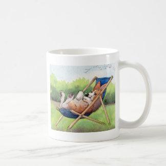 Mug Pratique pour l'été - corgi dans une chaise longue