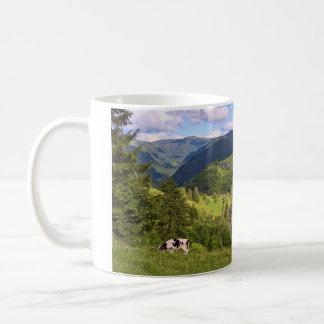 Mug Prés verts et une vache avec la vue de panorama