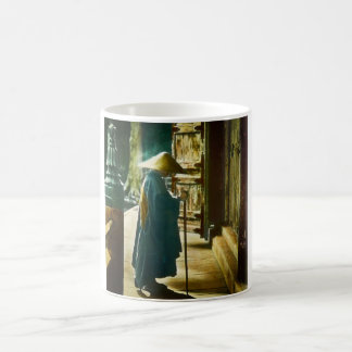 Mug Prêtre de prière dans la vieille lanterne magique