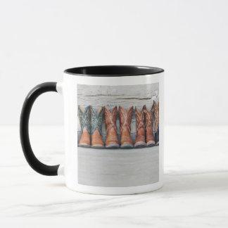 Mug Rangée de botte de cowboy sur le porche du cabine