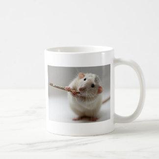 Mug Rat mignon jouant la cannelure