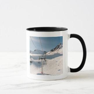 Mug remonte-pente dans le paysage neigeux ensoleillé