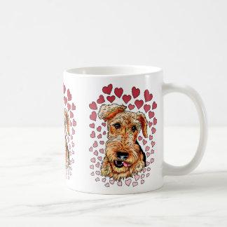 Mug Saint-Valentin rose de coeurs d'Airedale Terrier