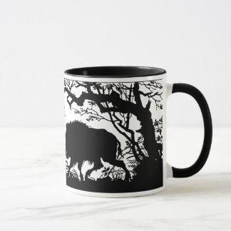 Mug Sanglier s'enracinant dans une forêt - silhouette