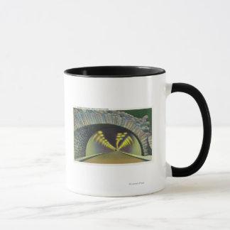 Mug Scène lumineuse de tunnel près de barrage de