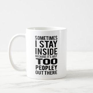 Mug Séjour à l'intérieur ; Trop Peopley là