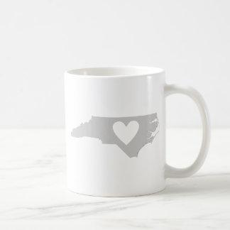 Mug Silhouette d'état de la Caroline du Nord de coeur