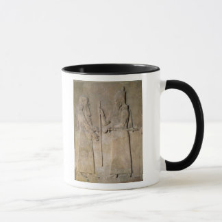 Mug Soulagement dépeignant Sargon II et un vizir