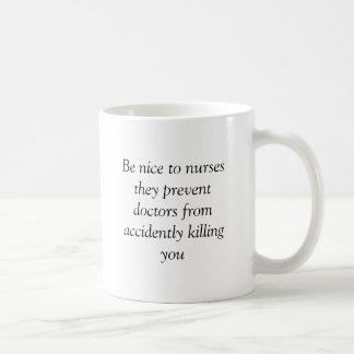 Mug Soyez gentil aux infirmières qu'ils empêchent des