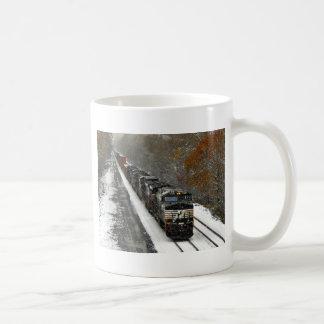 Mug Train allant vers l'est de pile dans la neige