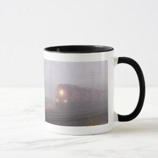 Mug Train de fret fonctionnant en brouillard de matin