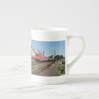 Mug Train de marchandises dans la maison crue au Rhin
