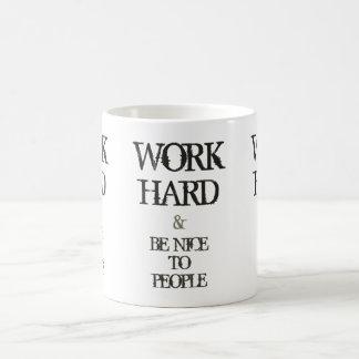 Mug Travaillez dur et soyez gentil à la citation de