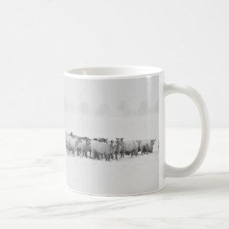 Mug Troupeau des moutons sur un paysage panoramique de