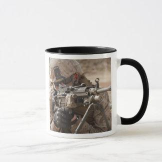 Mug Un artilleur d'arme automatique de peloton fournit