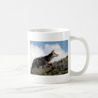 Mug Un coyote marche en parc national de Yellowstone,