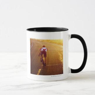 Mug Un cycliste sur le vélo de route près du Grand Lac