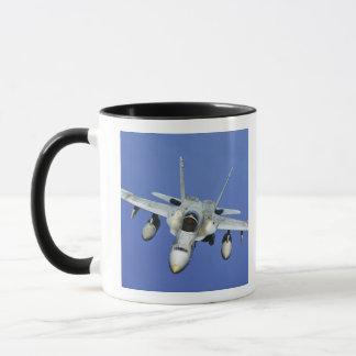 Mug Un frelon F/A-18 participe à une mission