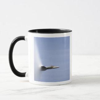 Mug Un frelon superbe de F/A-18E atteint la vitesse