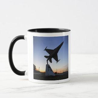 Mug Un modèle d'échelle d'un faucon de combat de F-16