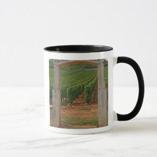 Mug Un portique en pierre au vignoble