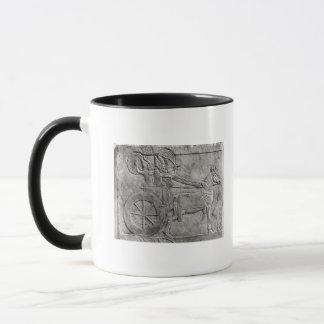 Mug Un soulagement dépeignant l'armée assyrienne dans