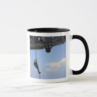 Mug Un technicien explosif de disposition d'ordonnance