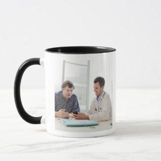 Mug Une réunion de docteur avec un patient et parler