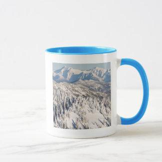 Mug Une vue pittoresque des montagnes et des arbres de