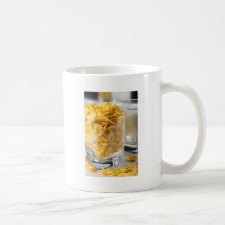 Mug Verre de céréale sèche et un verre de lait