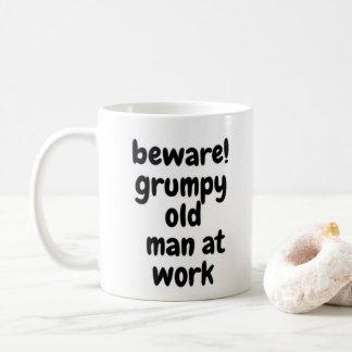 Mug Vieil homme grincheux au travail