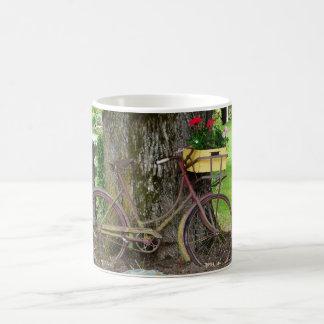 Mug Vieille bicyclette antique avec le panier de fleur