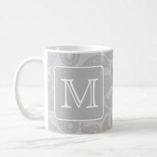 Mug Votre lettre. Motif gris de Paisley avec le